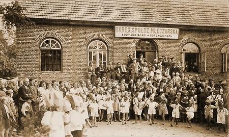 Zabawa wiejska wGorzyczanach. Rok około 1946.