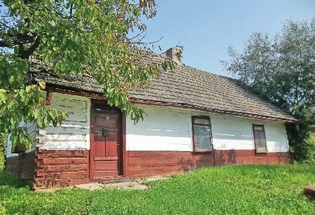 Polanów. Dom drewniany z1932 roku Marii Sendrowicz wykonany zbali łączonych wjaskółczy ogon. Ustawiony na węgłach.