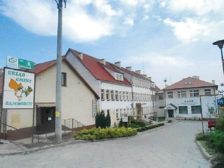Budynek Urzędu Gminy wSamborcu. Na prawo budynek Banku Spółdzielczego.