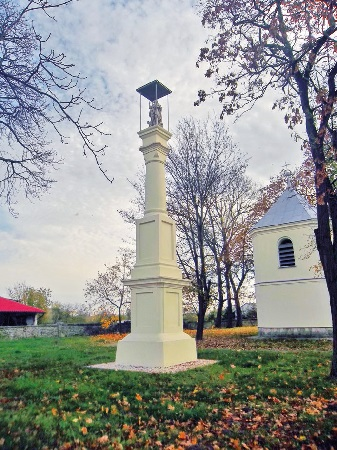 Skotniki.Figura św. Jana Chrzciciela na cmentarzu przykościelnym. Odnowiona w2013 roku.