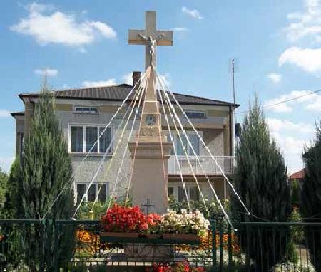 Krzyż kamienny. Fundator Wincenty iFranciszka Rogowie zZajeziorza
